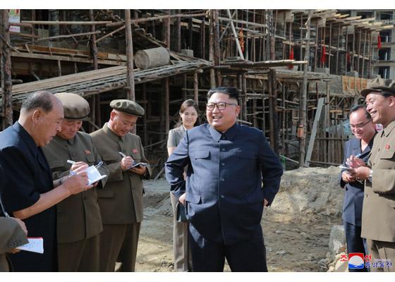 三池淵郡の建設現場を視察する金正恩氏(2018年8月19日付労働新聞)