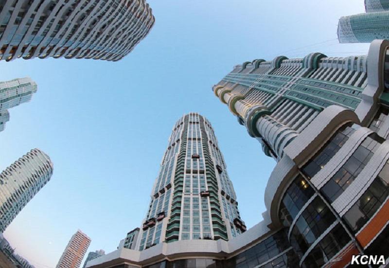 黎明通りのタワーマンション(2017年3月13日付朝鮮中央通信)